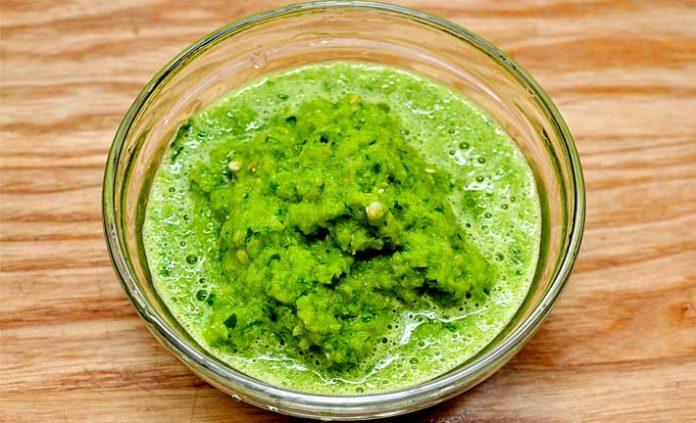 Préparation de la Sauce verte, Pilez les gousses d'ail et mélangez-les avec le persil préalablement coupé. Ajoutez peu à peu l'huile jusqu'à former une sa